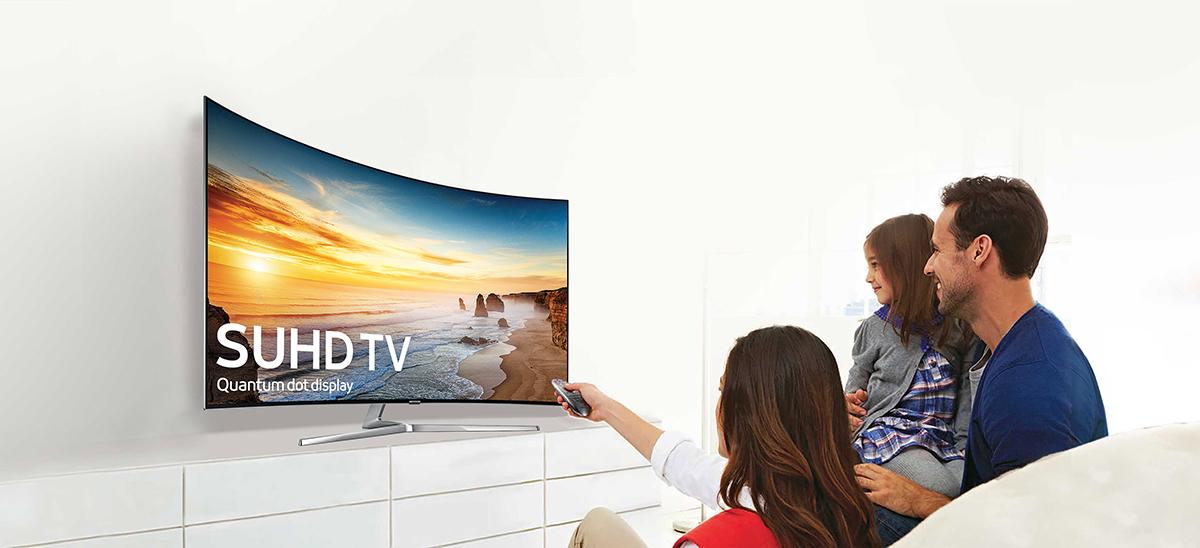 Famille devant un écran TV incurvé Samsung