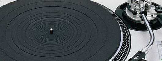 Une platine vinyle avec bras en S