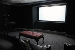 Quel vidéoprojecteur choisir pour une salle dédiée, ou une pièce sombre ?